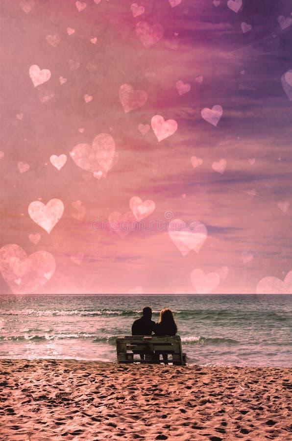 Romántica pareja en la playa con colorido atardecer en el fondo del harén Perfecto paisaje tropical con vistas exóticas a la natu imágenes de archivo libres de regalías