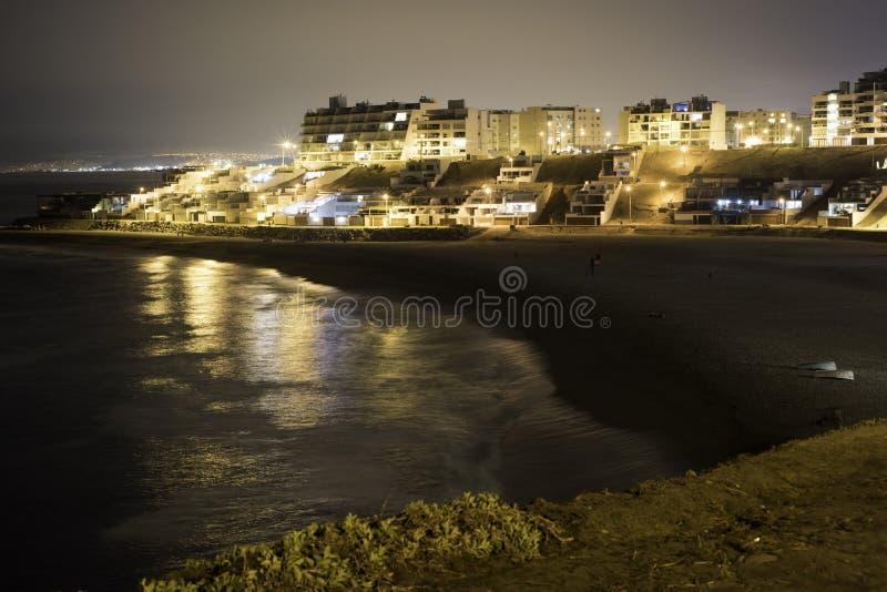 Romántico en una playa de la noche imagenes de archivo