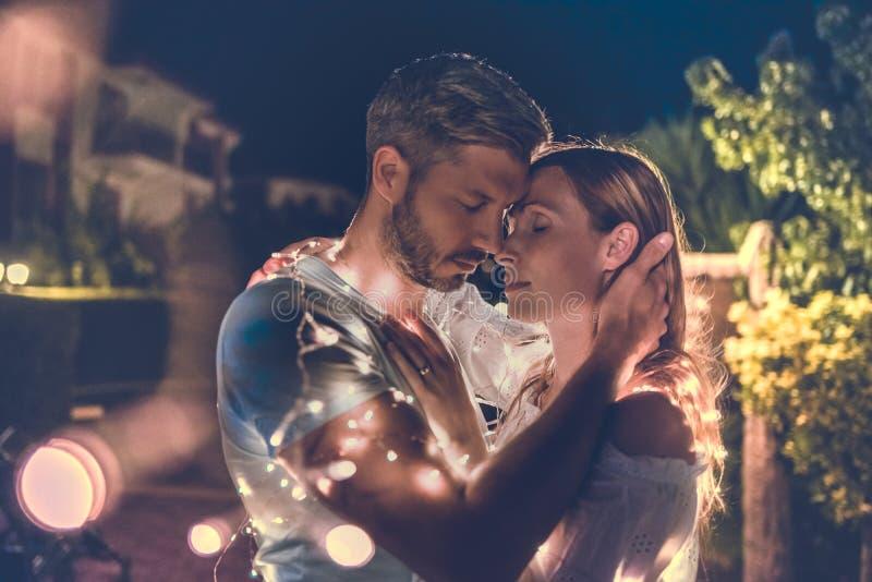 Romântico abraçando casal imagens de stock royalty free