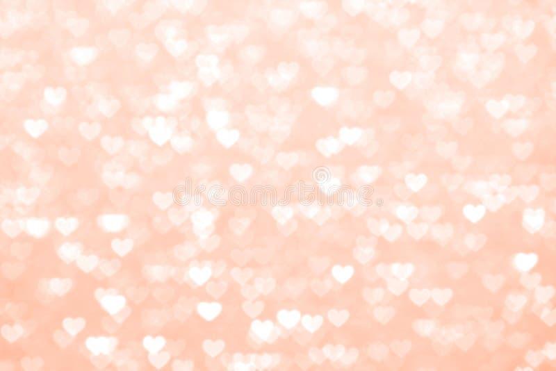 Romântico bonito do fundo vermelho do coração do borrão, vermelho macio da máscara pastel do coração das luzes do bokeh do brilho fotografia de stock