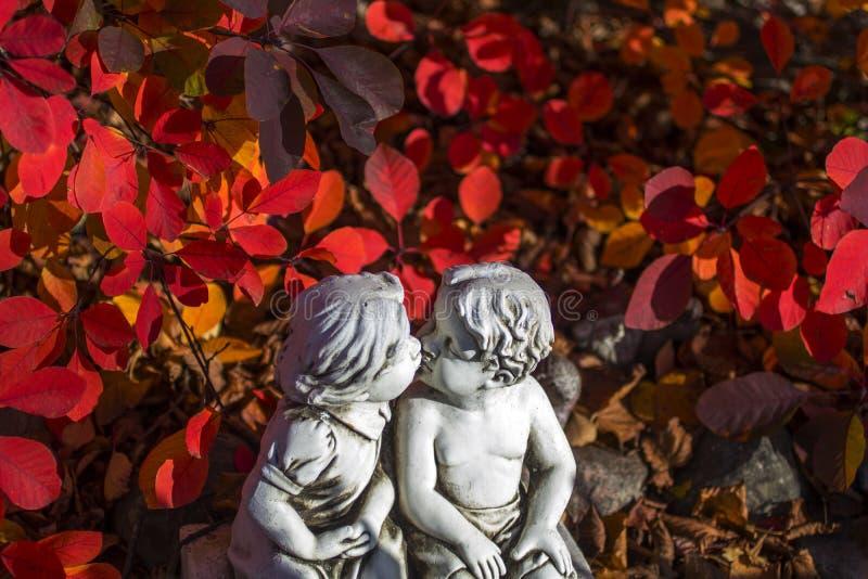 Romântico, estátua do Valentim com as duas crianças de beijo fotos de stock
