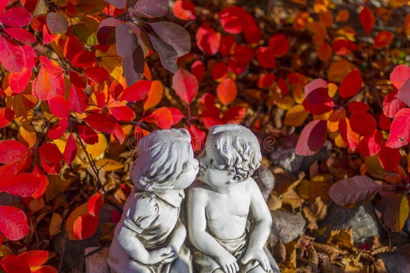 Romântico, estátua do Valentim com as duas crianças de beijo imagem de stock