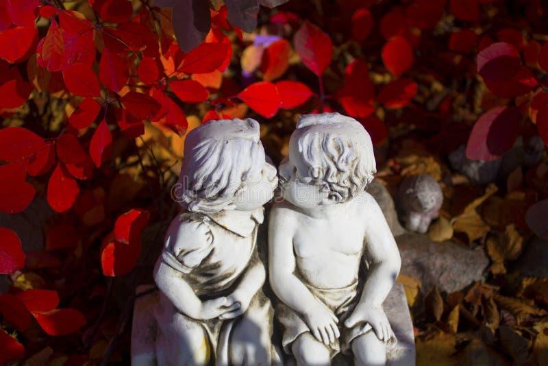 Romântico, estátua do Valentim com as duas crianças de beijo foto de stock royalty free
