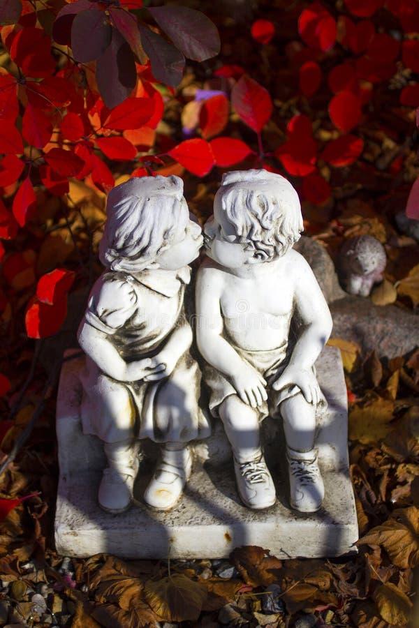 Romântico, estátua do Valentim com as duas crianças de beijo foto de stock