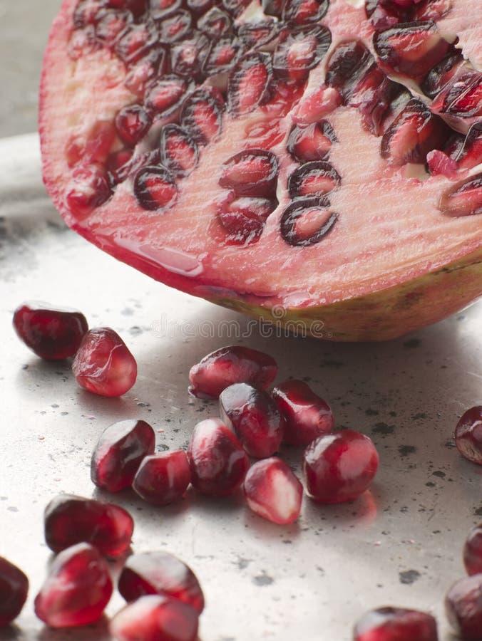 Romã Halved com sementes foto de stock
