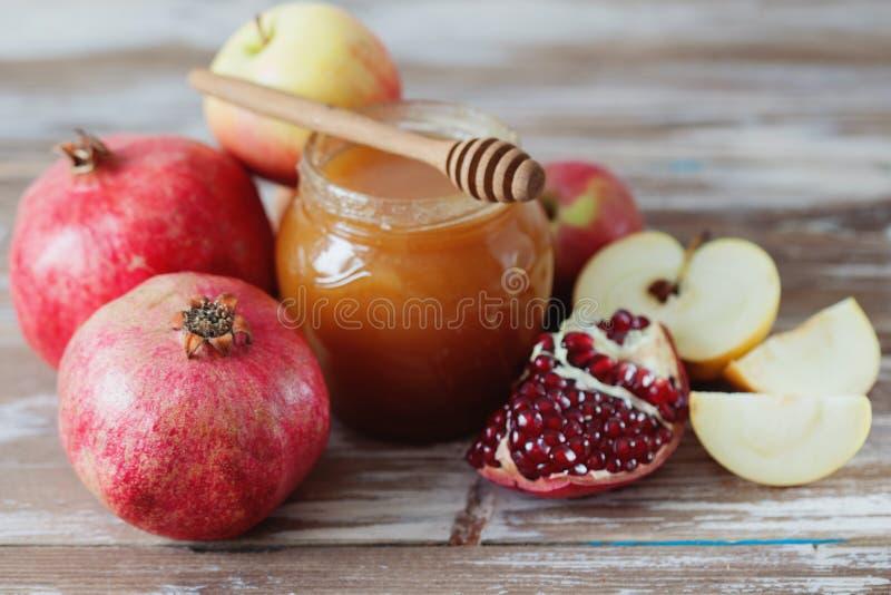 Romã, mel e maçã fotos de stock royalty free