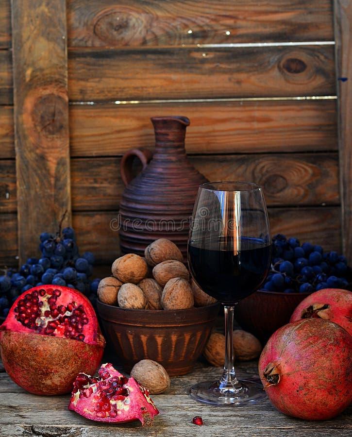 Romã, nozes, uvas e vinho fotografia de stock royalty free