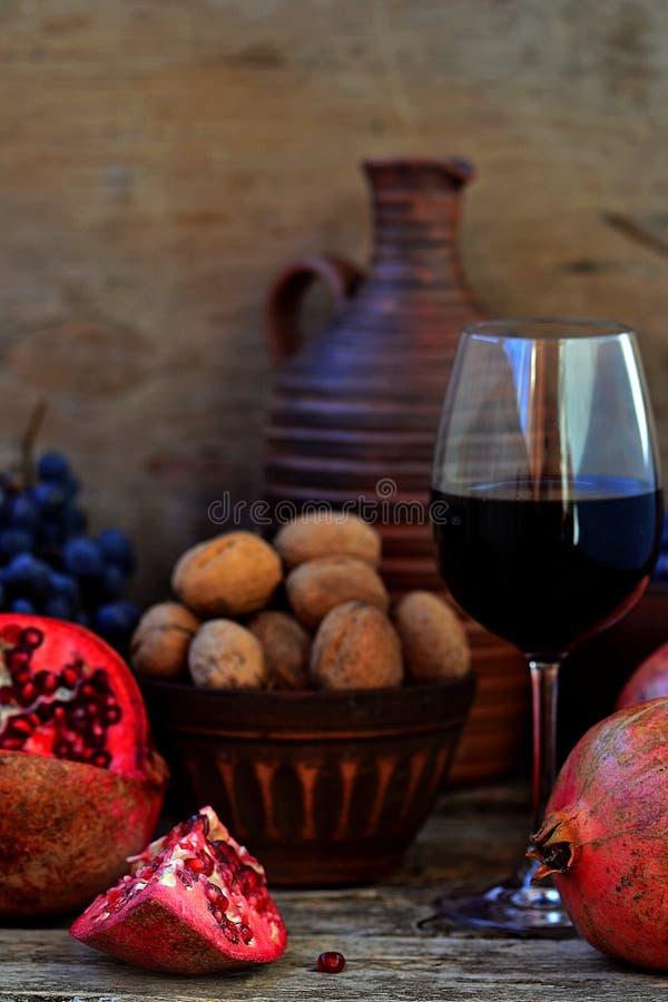 Romã, nozes, uvas e vinho imagem de stock royalty free