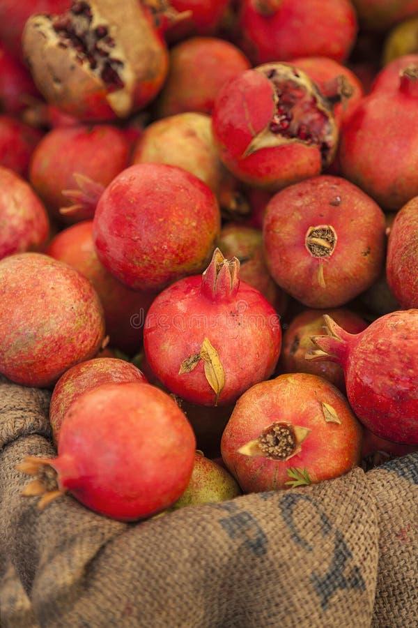 Romã orgânicas para a venda no mercado dos fazendeiros fotografia de stock