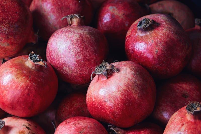 Romã orgânicas vermelhas maduras imagem de stock royalty free