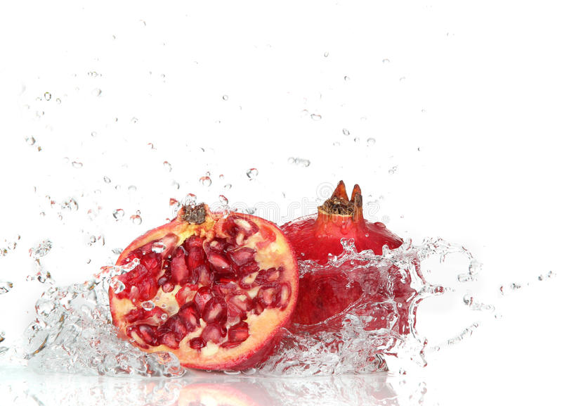 Romã suculenta com espirro da água imagens de stock royalty free