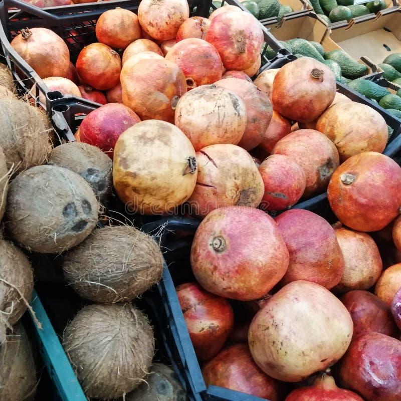 Romã vermelha fresca em umas caixas no departamento vegetal do supermercado fotos de stock royalty free