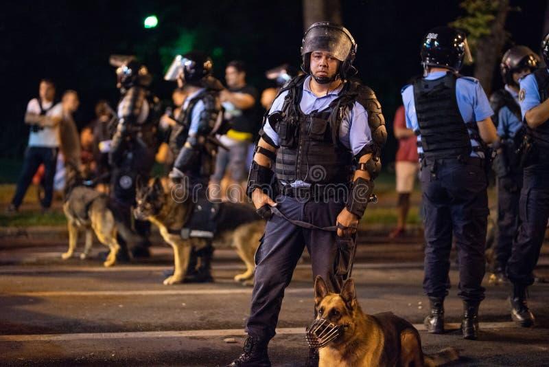 Romênia, Bucareste - 10 de agosto de 2018: Agentes da polícia com cães treinados foto de stock royalty free