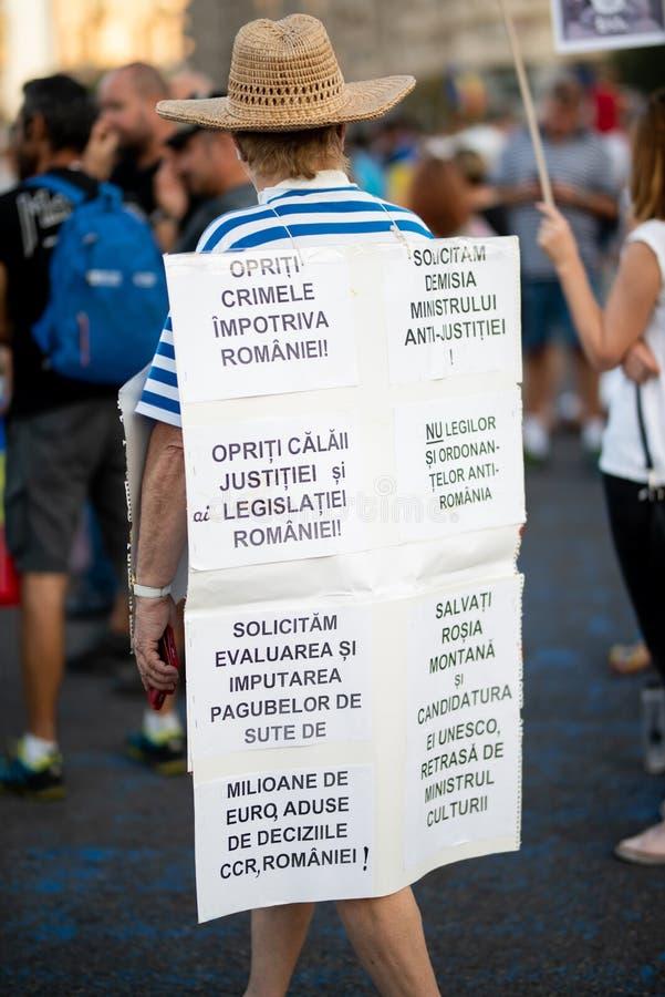 Romênia, Bucareste - 11 de agosto de 2018: Cartaz vestindo do protestador com discurso de ódio contra o governo corrompido fotos de stock