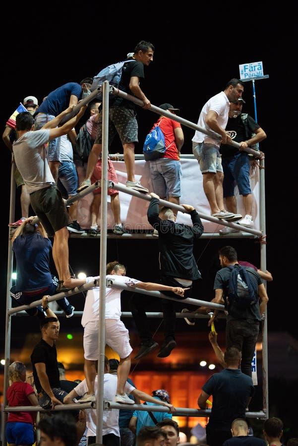 Romênia, Bucareste - 10 de agosto de 2018: Os protestadores escalaram uma figura do metal em Victoria Square fotografia de stock royalty free