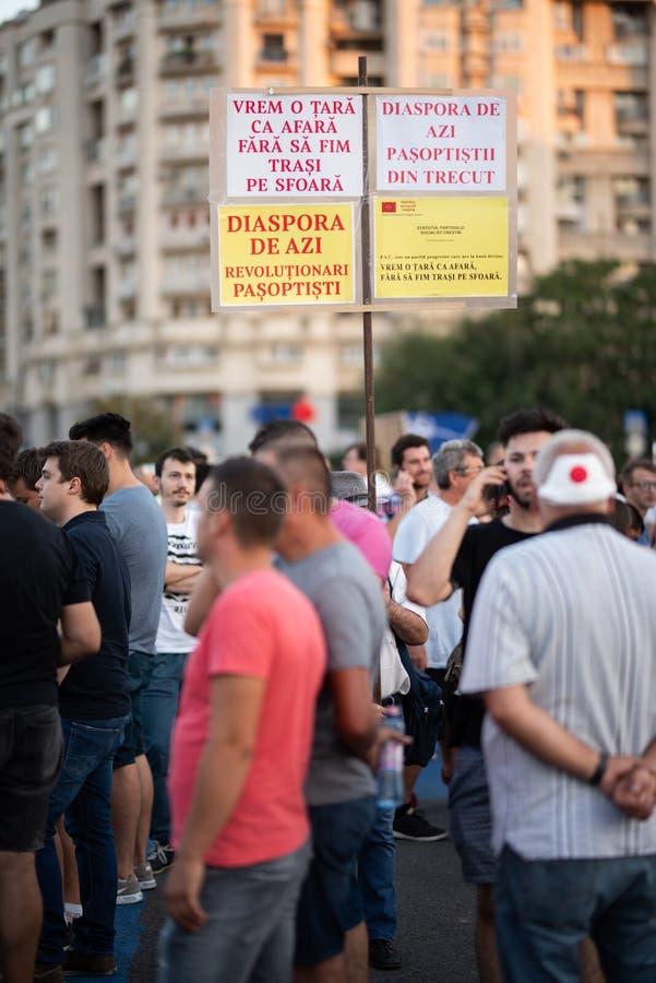Romênia, Bucareste - 12 de agosto de 2018: Povos que protestam pacificamente contra o governo corrompido imagens de stock royalty free