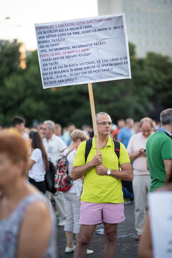 Romênia, Bucareste - 12 de agosto de 2018: Protestador do homem com único sinal fotos de stock royalty free