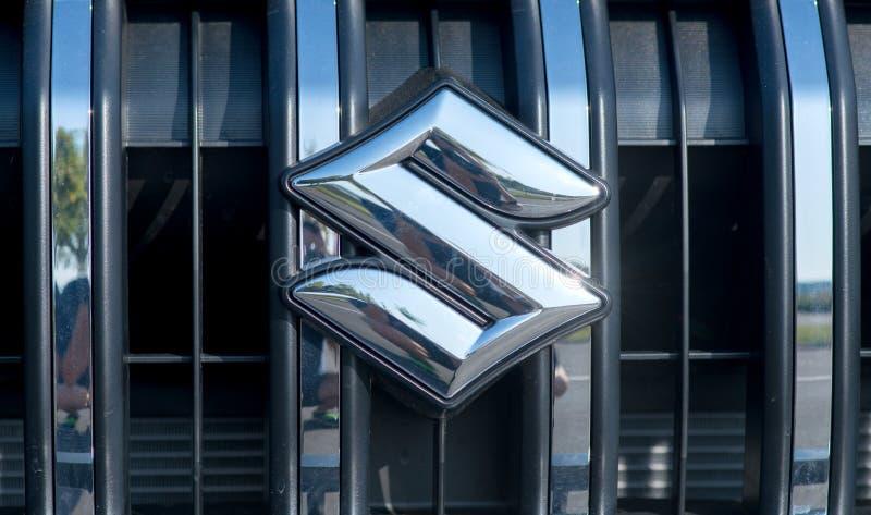ROMÊNIA 2 DE SETEMBRO DE 2017: Logotipo de Suzuki em uma apresentação do carro no 2 de setembro de 2017 em ROMÊNIA Carro de Japão imagem de stock
