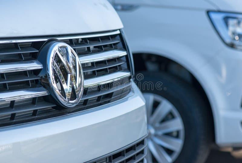 ROMÊNIA 2 DE SETEMBRO DE 2017: Logotipo de Volkswagen o 2 de setembro de 2017 em ROMÊNIA Volkswagen é um headquarte alemão do fab imagem de stock