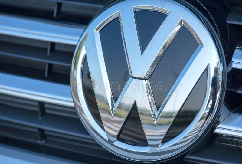 ROMÊNIA 2 DE SETEMBRO DE 2017: Logotipo de Volkswagen o 2 de setembro de 2017 em ROMÊNIA Volkswagen é um headquarte alemão do fab imagens de stock royalty free