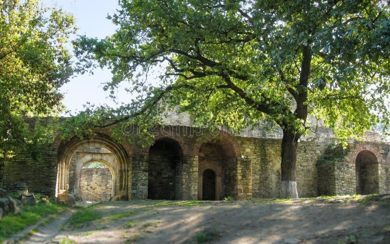 ROMÊNIA, fortaleza de Suceva- 14 DE SETEMBRO DE 2009: Dentro do pátio fotos de stock