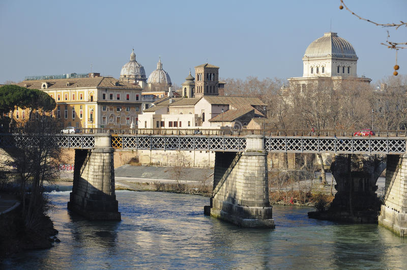 Rom, Brücke über dem Fluss stockfoto
