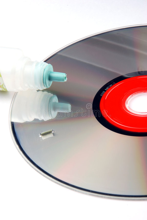 ROM Cd com líquido de limpeza da lente fotografia de stock royalty free