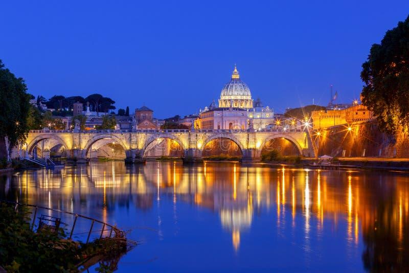 rom Das Tiber-Fluss und St- Peter` s Kathedrale stockfotos