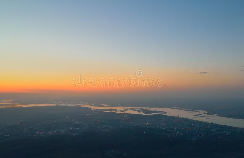 ROM de hoogte van de vogel` s vlucht, de ochtenddageraad, de zonsopgang over de banken van de Volga Rivier, en stedelijk stock foto