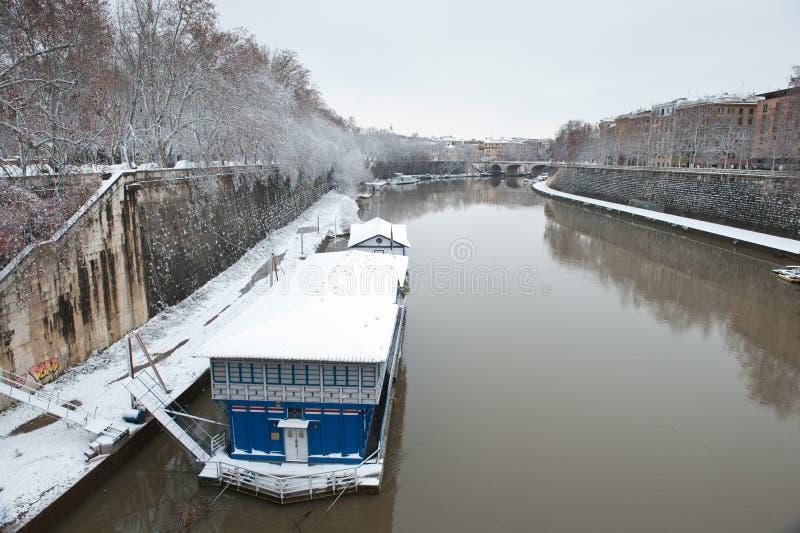 Rom-Fluss Tiber in der Winterschneelandschaft lizenzfreie stockbilder