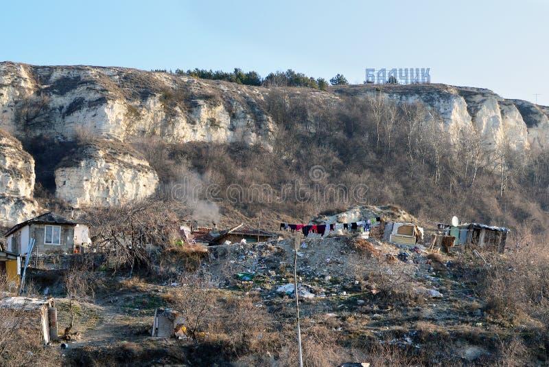 Rom-Hütten unter dem Zeichen von Balchik-Stadt stockbilder