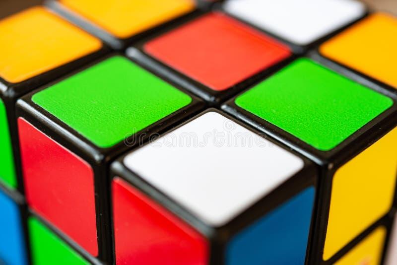 Rom, Italien am 30. Juni 2018 Rubik-Würfel-Extremabschluß oben lizenzfreies stockfoto