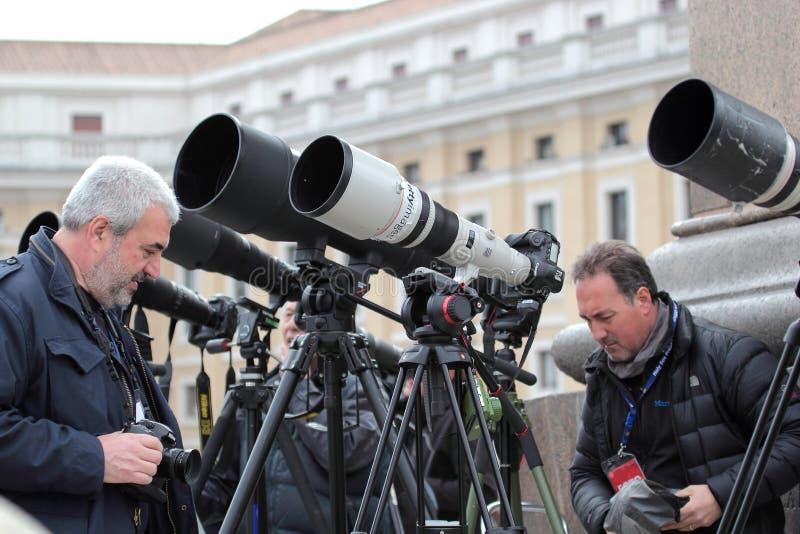 Fotografen mit langes Telefoto Wartepapst Francis I lizenzfreie stockfotografie
