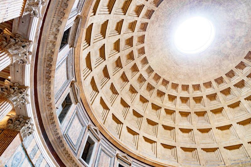 ROM, ITALIEN - 5. MAI 2019: Monumentale Decke des Pantheons - Kirche und ehemaliger römischer Tempel, Rom, Italien stockbild