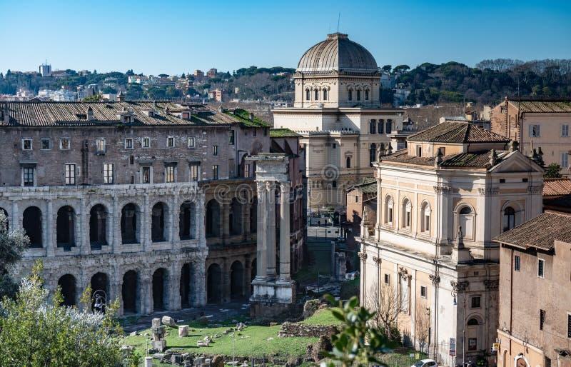 ROM, Italien, 2019: Vogelperspektive von Marcellus Theatre, Synagoge und von Roman Ruins mit blauem Himmel stockbild