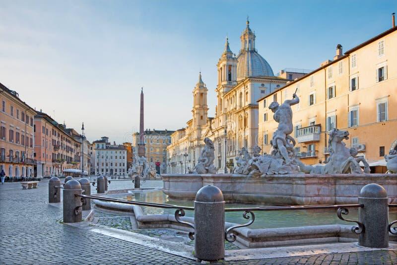 Rom - Marktplatz Navona am Morgen und am Brunnen von Neptun schuf durch Giacomo della Porta und Santa Agnese in der Agone Kirche stockbilder