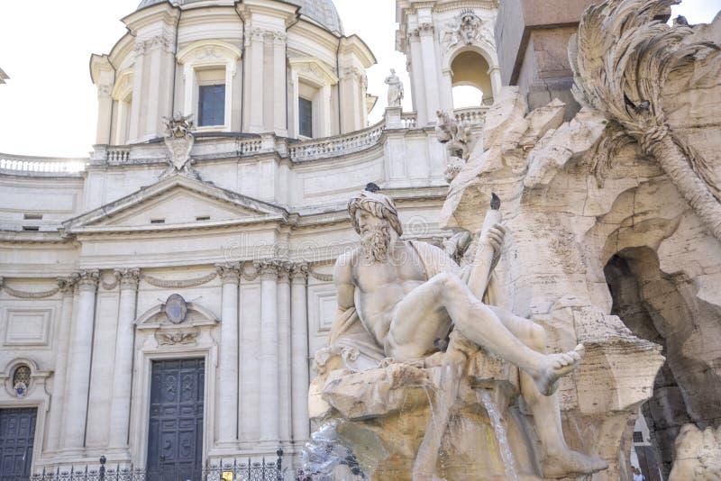 Rom-, Navona-Quadrat Marktplatz Navona-Kirche von St. Agnese und Brunnen der vier Flüsse durch Bernini Statue, die den Ganges r d lizenzfreie stockbilder