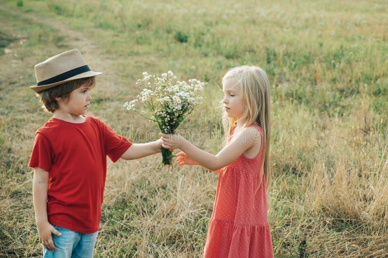 Rom?ntico y amor. childcare. valentine. El concepto de amistad y amabilidad de los niños. D?a de tarjetas del d?a de San Valent?n imagen de archivo