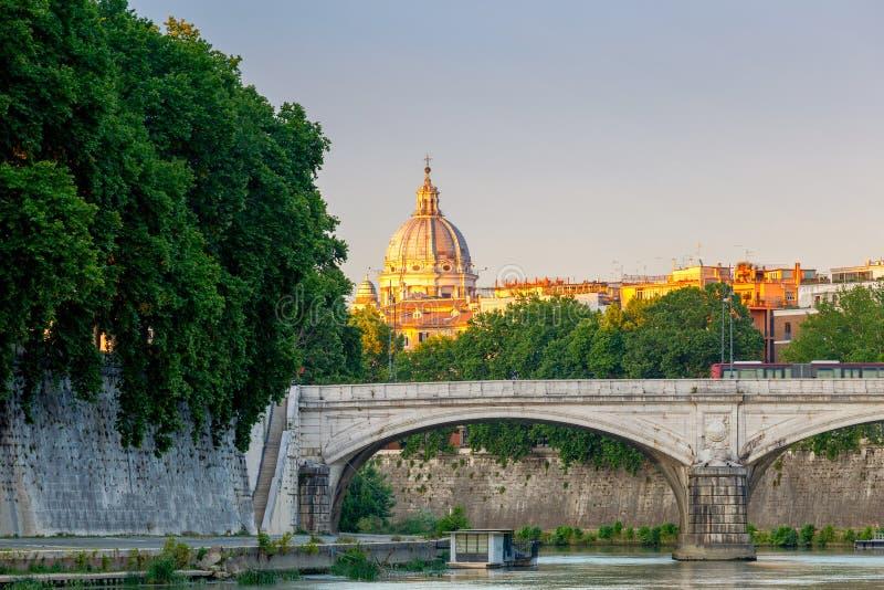 Download Rom Quay Entlang Dem Tiber Bei Sonnenuntergang Stockfoto - Bild von beleuchtung, mittelalterlich: 96930520