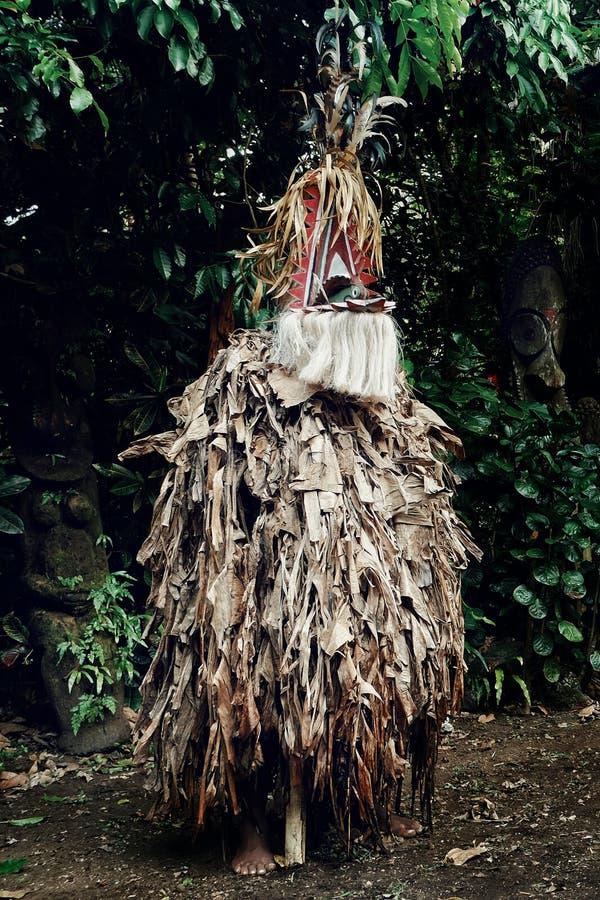 ROM-Tänzer, der am Rand des Dschungels mit traditionellem tamtam wartet, trommelt im Hintergrund lizenzfreies stockbild