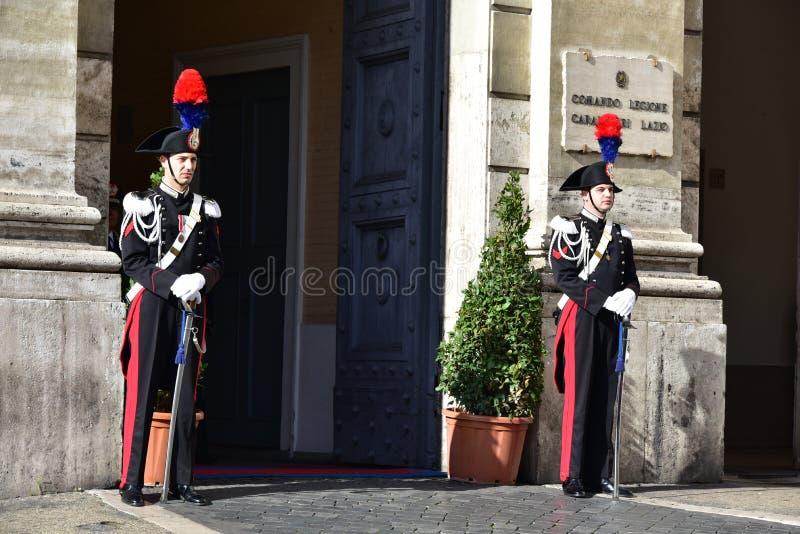 ROM zwei Carabinieri am 29. Oktober 2015 im Paradereihenstand vor Carabinieri-Station in Piaz stockfotografie