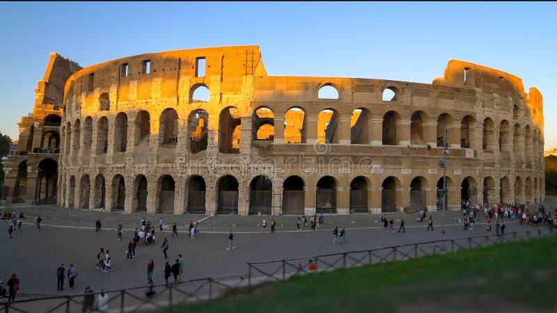 Romański Colosseum i turyści przy zmierzchem w Rzym, Włochy zdjęcia stock