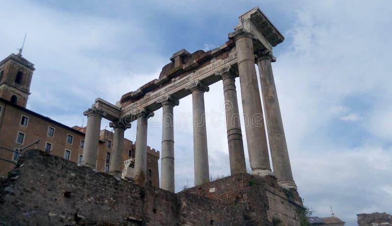 Romański forum, świątynia Saturn, Rzym, Włochy obrazy stock