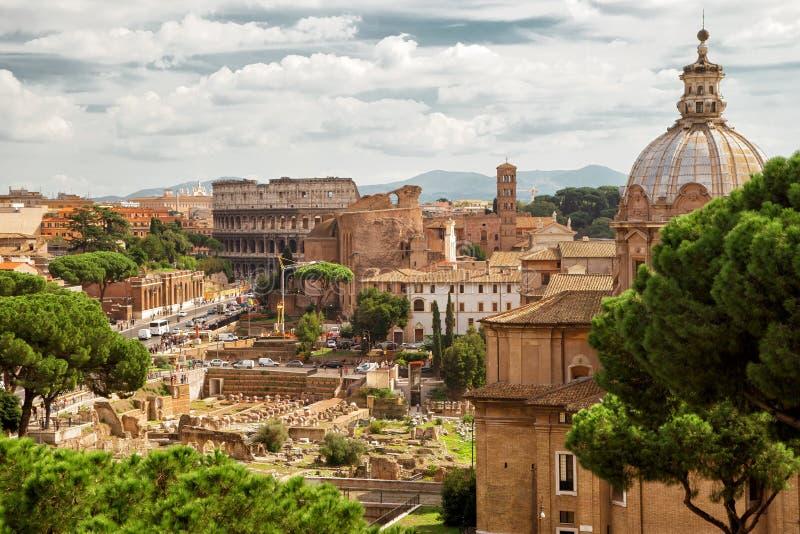 Romański forum i kolosseum w odległości w Rzym zdjęcia royalty free