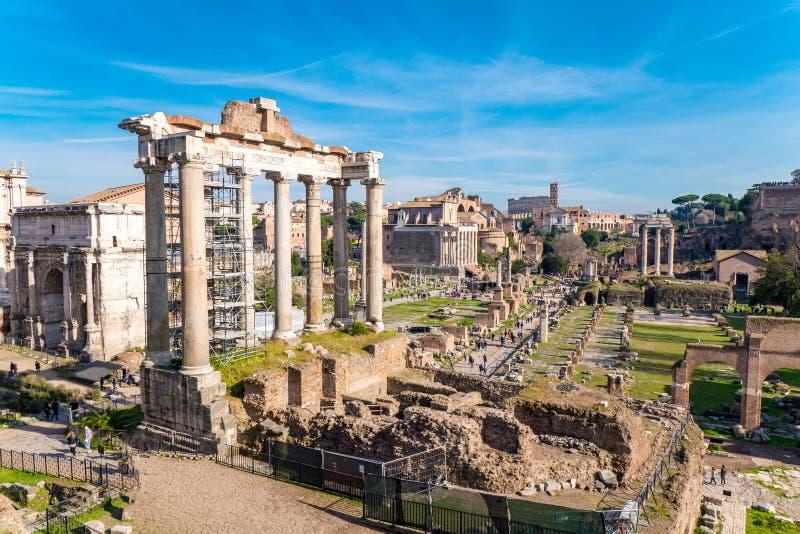 Romański forum w Rzym, Włochy z palatynu wzgórzem i Coloss, obraz stock