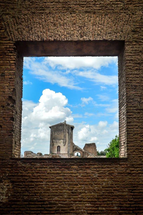Romański forum widzieć przez ceglanego okno obrazy stock