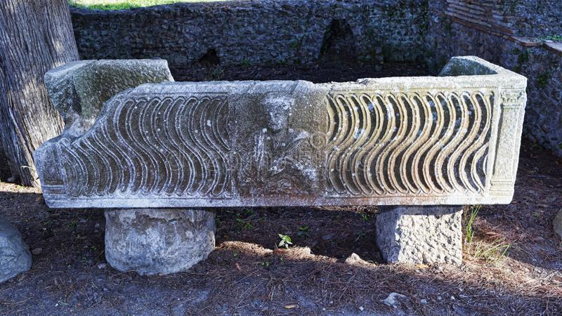 Romański sarkofag wśród ruin necropolis w Ostia mrówce zdjęcia stock