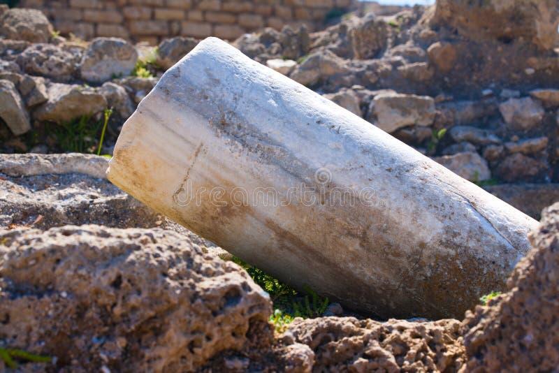 Romański stary marbe spadać szpaltowy rząd w Caesarea Archeologicznym siedzi fotografia royalty free