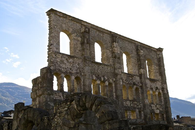 Romański teatr, Teatro romano/- Aosta obraz stock