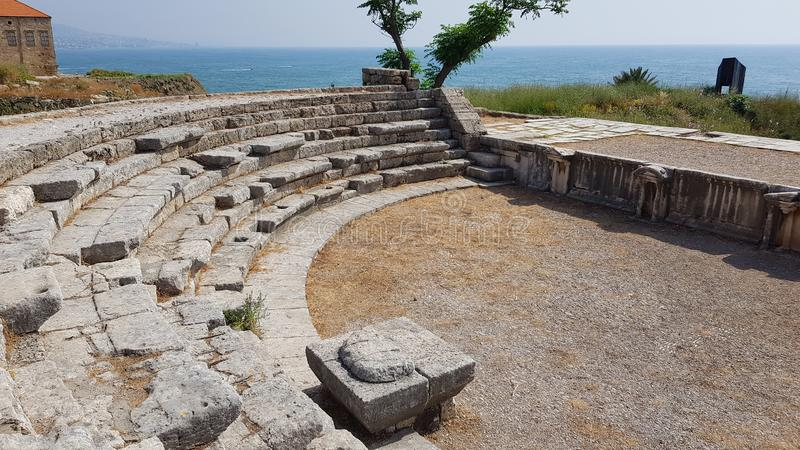 Romański teatr wśród archeologicznego terenu Byblos byblos Lebanon zdjęcie stock